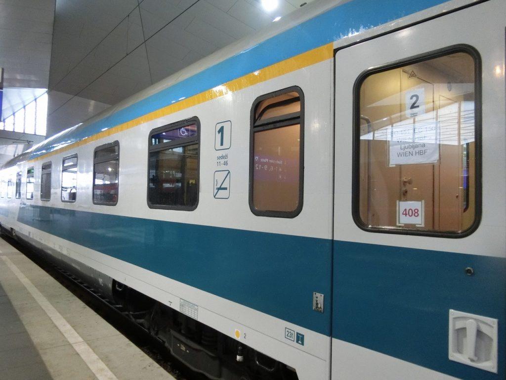 ウィーン駅に停車するリュブリャナ行き列車