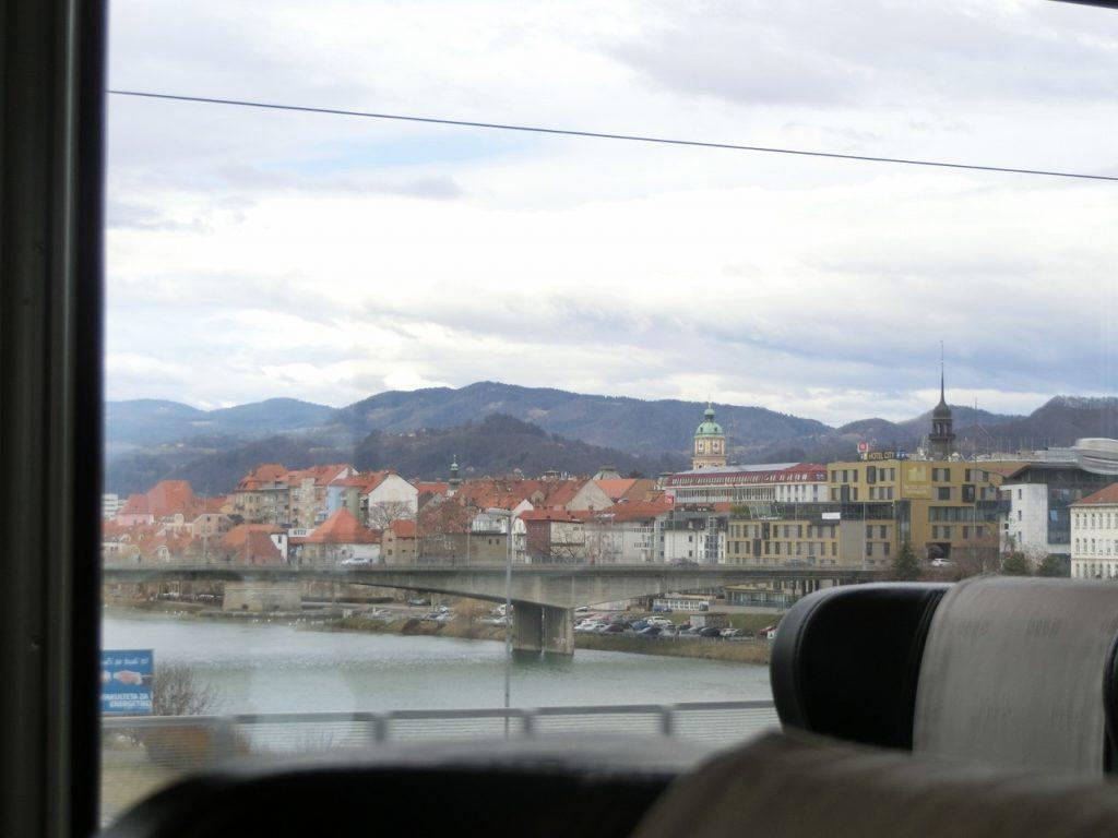 スロベニアのマリボル駅出発後、橋から市内を望む