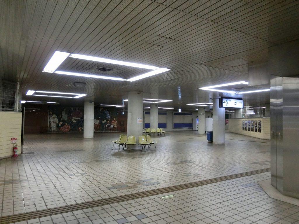 東成田駅の広いコンコース