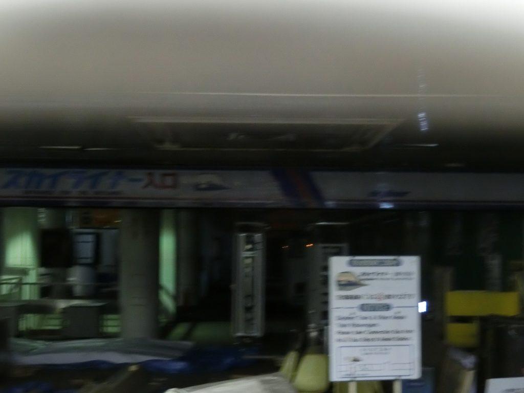東成田駅にある、初代AE形イラスト付きのスカイライナー入り口
