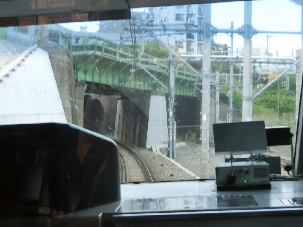田端駅付近で湘南新宿ラインと山手線が立体交差する