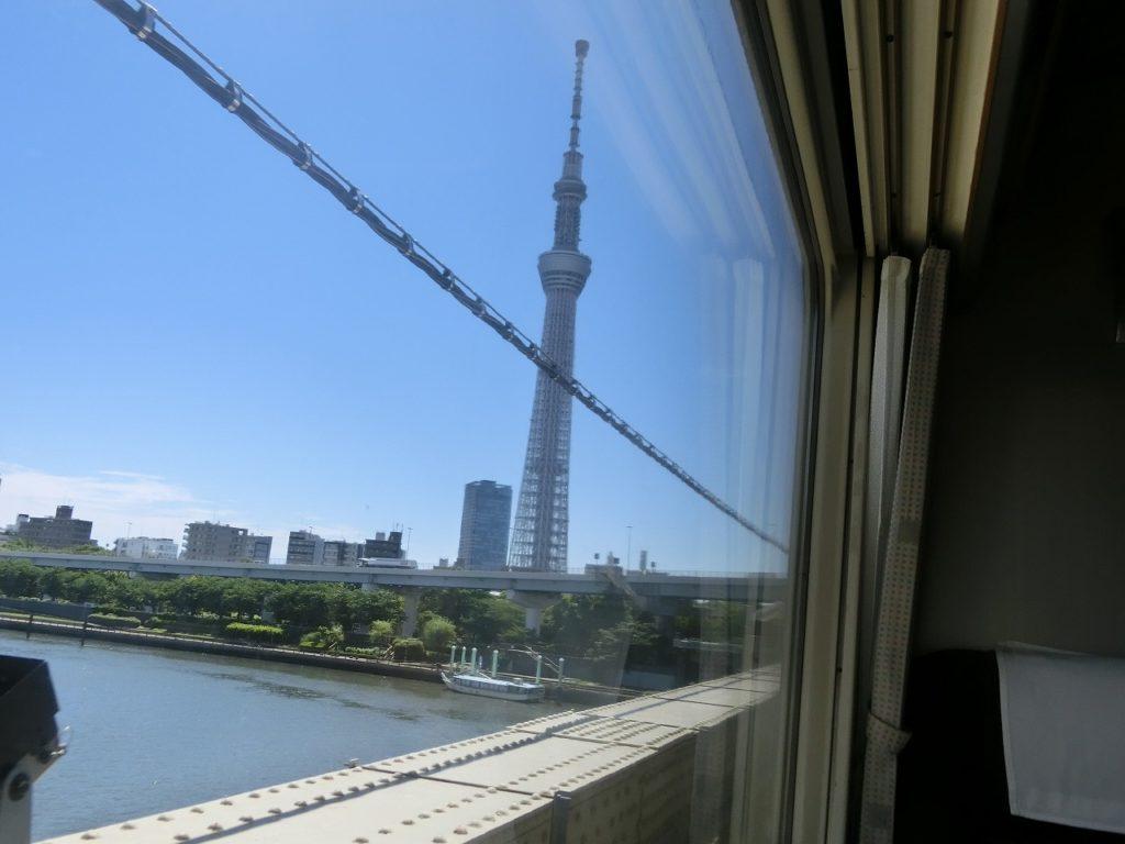 スカイツリーを見ながら隅田川を渡る東武鉄道