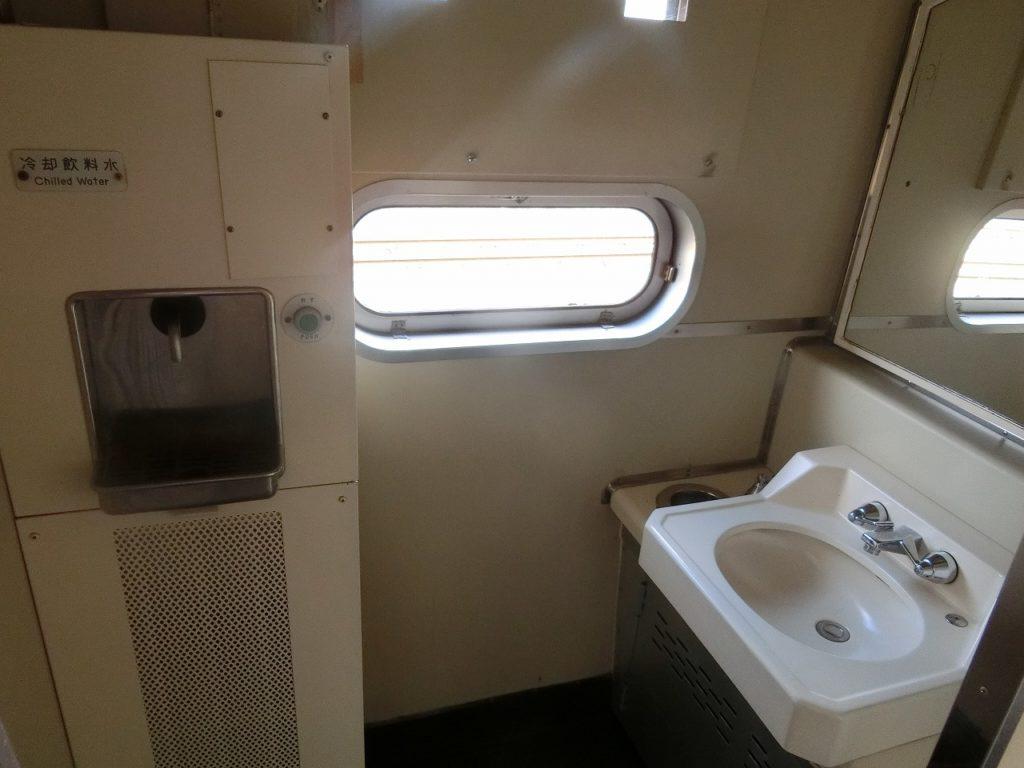 481系の洗面台と冷水器