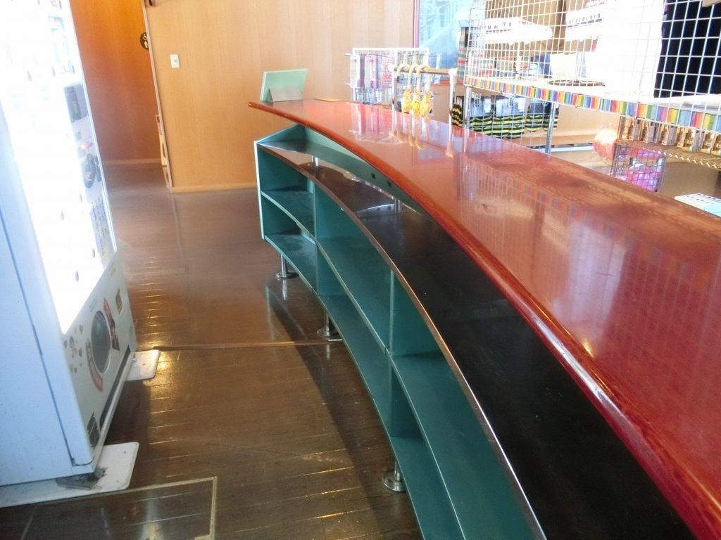 九州鉄道記念館にあるビュフェで使用されていた机。