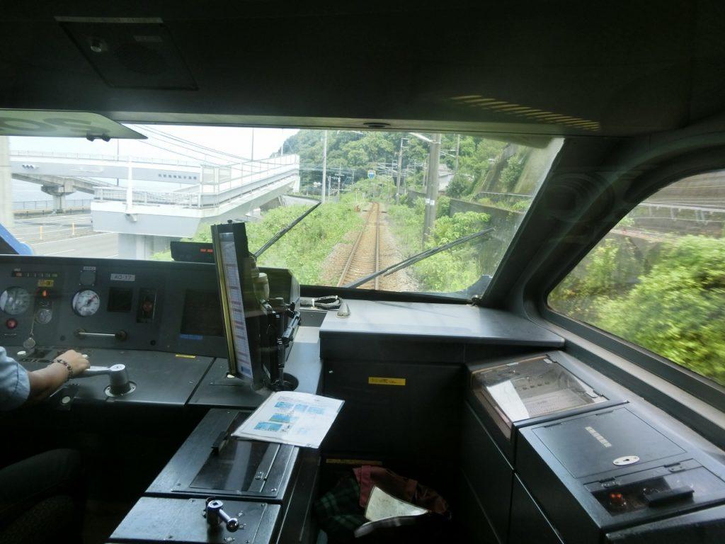 日豊本線別府付近。下り線は海岸に沿ってカーブするが、上り線は真っすぐトンネルで進む。
