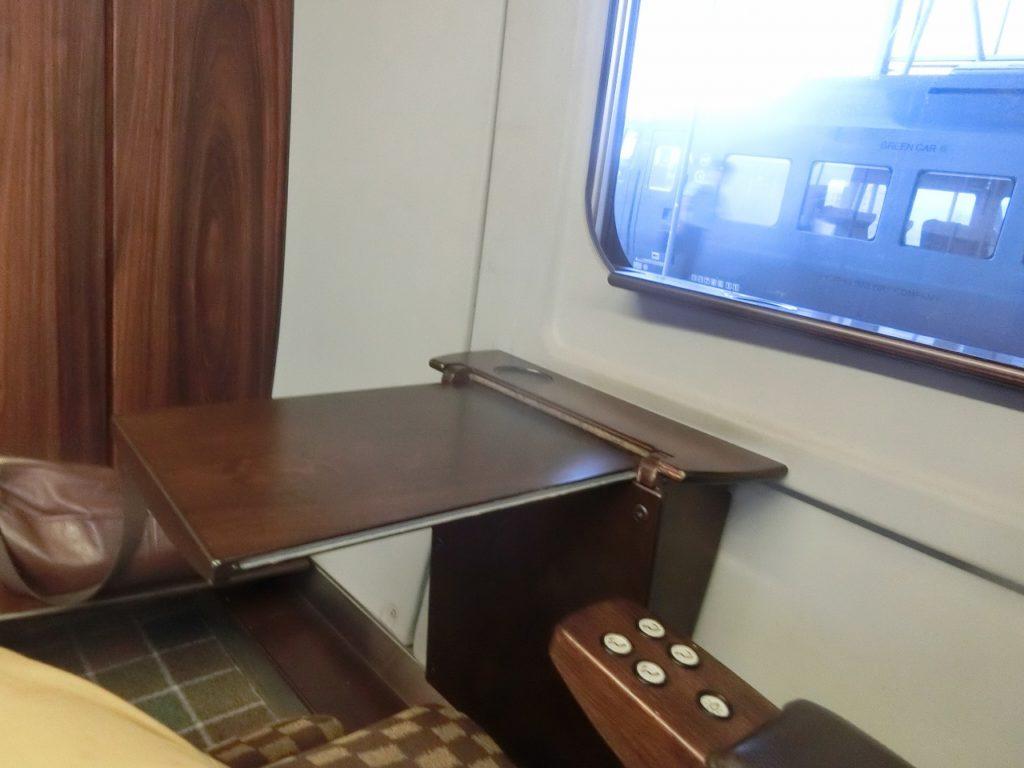 787系DXグリーン車のテーブル