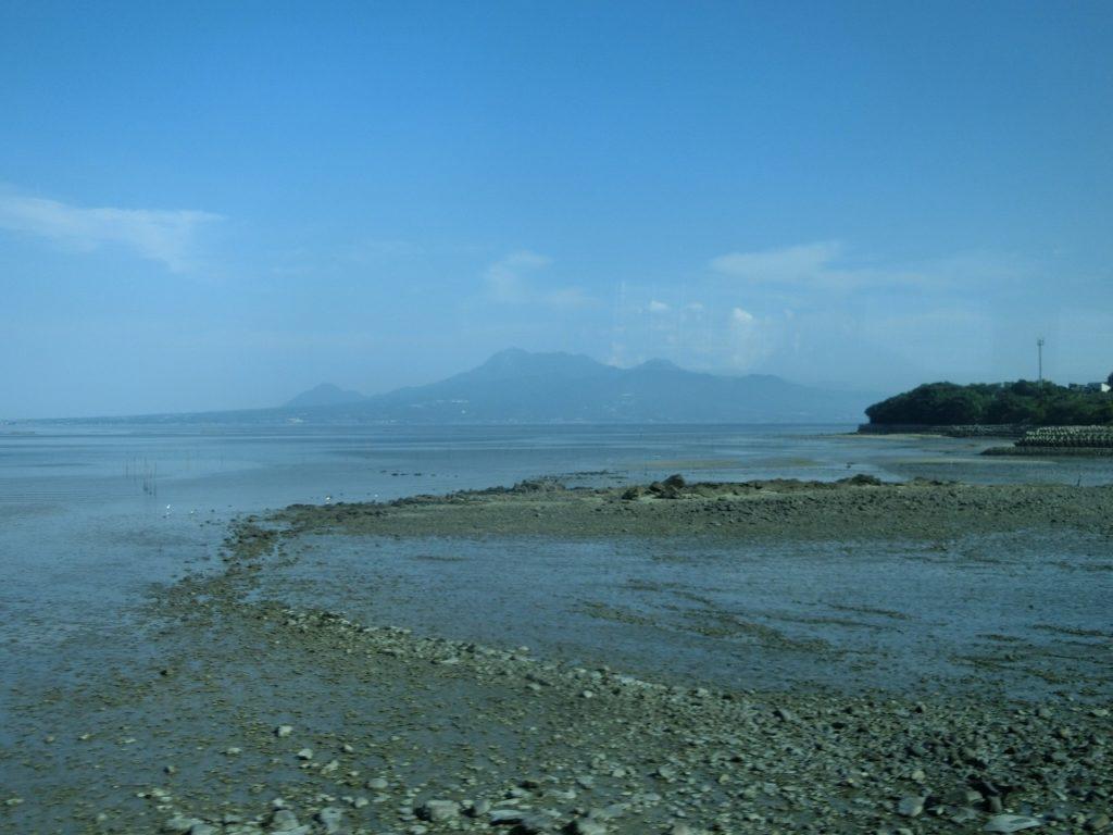 有明海・干潟そして雲仙岳が見える長崎本線の車窓