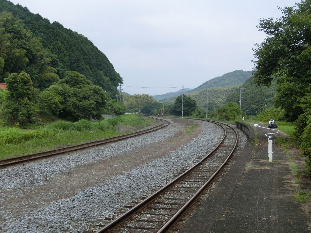 油須原駅の構内