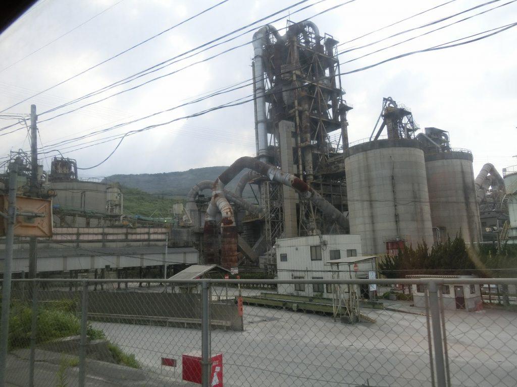 後藤寺線船尾駅に隣接するセメント工場