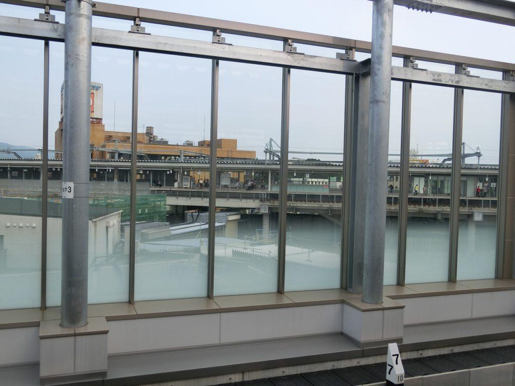 筑豊本線折尾駅ホームから鹿児島本線のホームを望む
