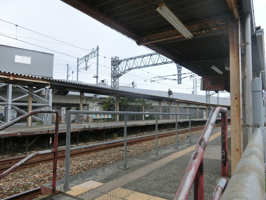 鹿児島本線と筑豊本線の直通列車が使う折尾駅のホーム