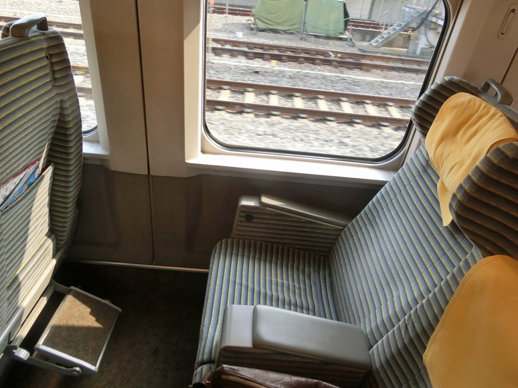 E2系のグリーン車のフットレスト付き座席