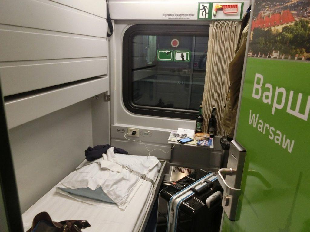 モスクワ発ベルリン行き夜行列車の特等車の車内
