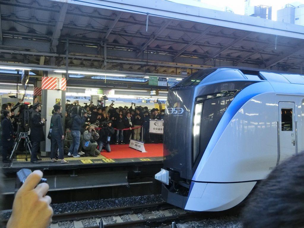 新宿を発車するE353系のデビュー当日の一番列車