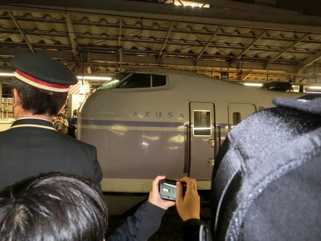 新宿駅を最後に発車するE351系「スーパーあずさ」