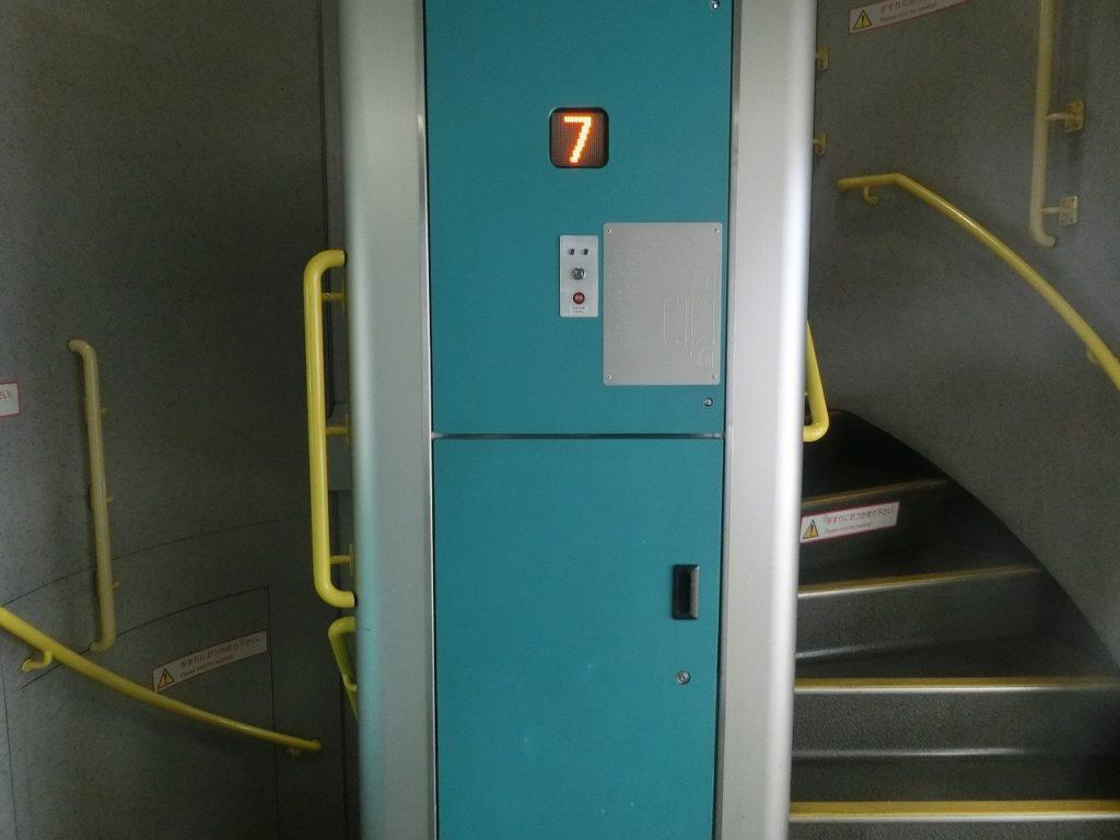 E4系の車内販売のワゴン用のリフトと階段