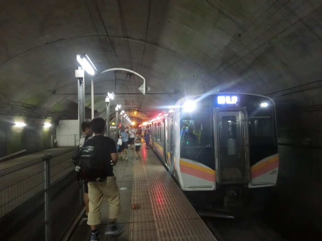 トンネルの中にある土合駅下りホーム