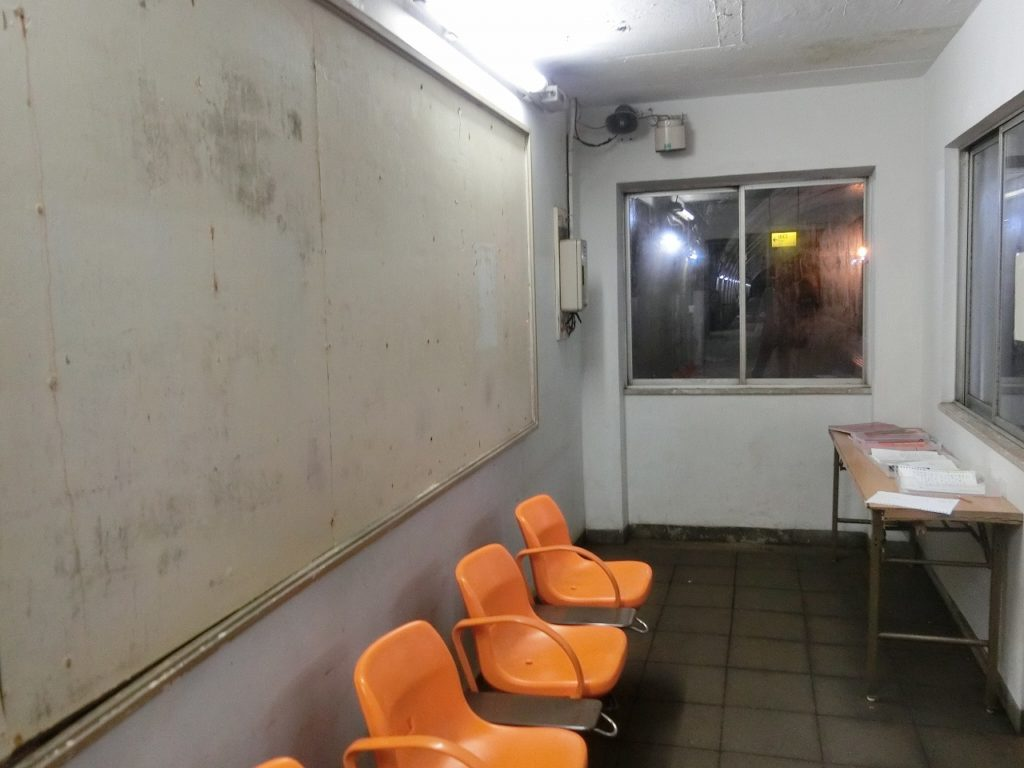 土合駅の下りホームの待合室