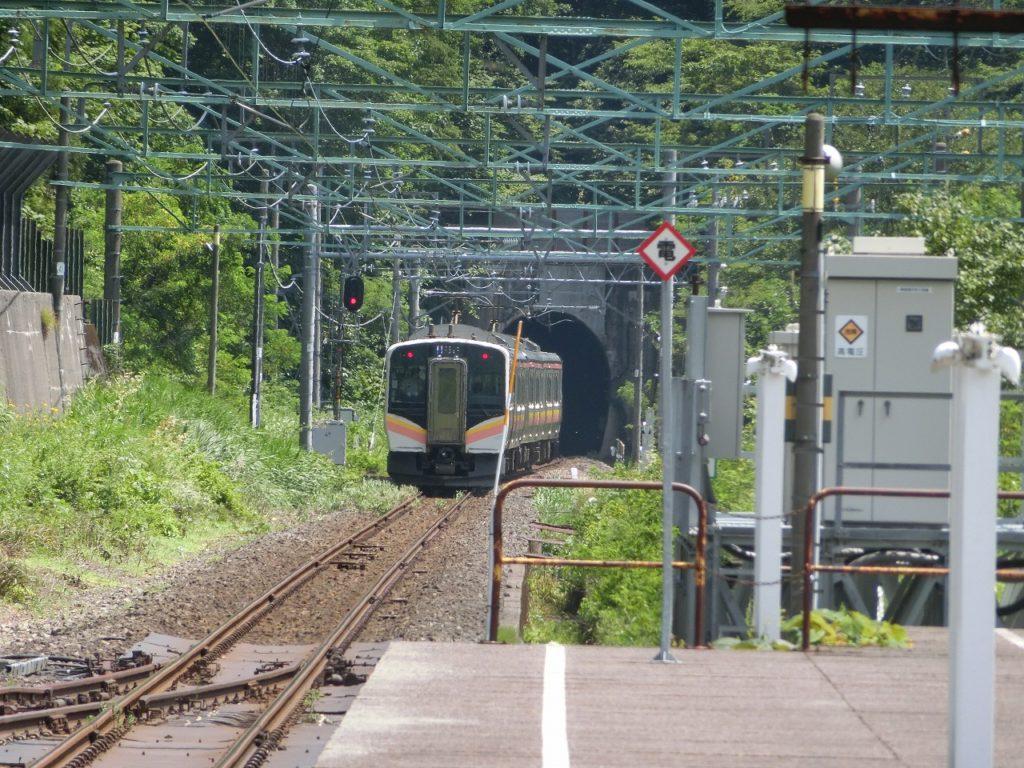 土合駅上り線ホームから発車した列車