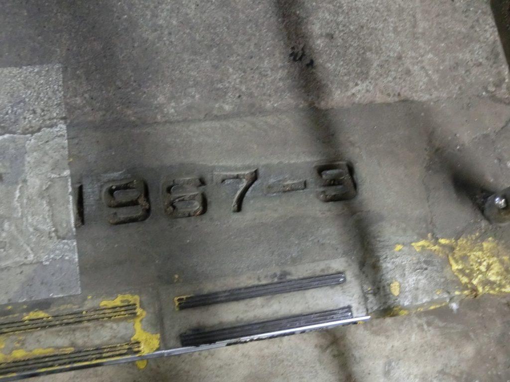 土合駅の階段にある複線化記念