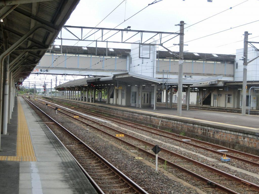 広い構内の亀山駅