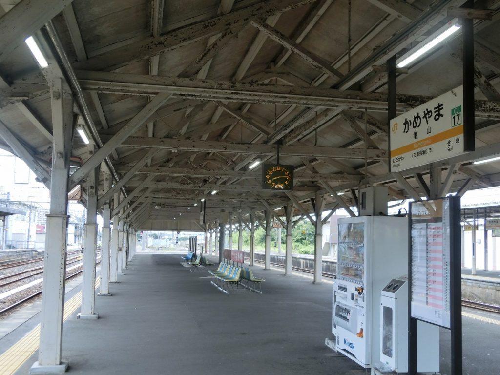 亀山駅のホーム