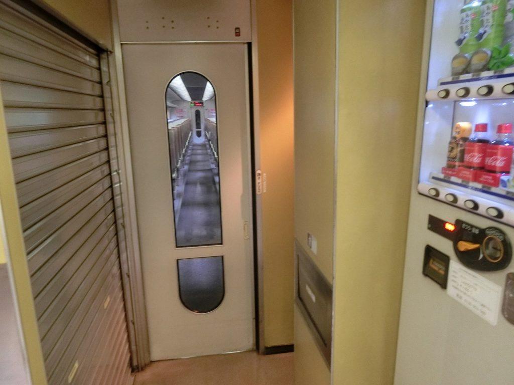 キハ85系の廃止された車販準備室と思われる区画と自動販売機