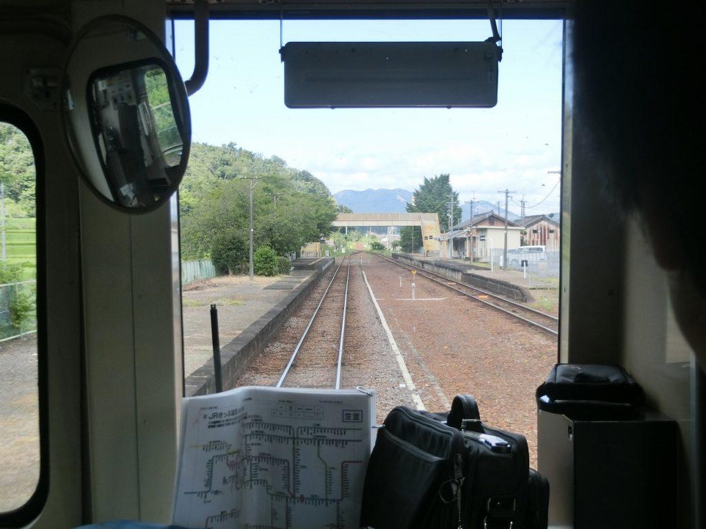 関西本線の広い構内を持つ途中駅