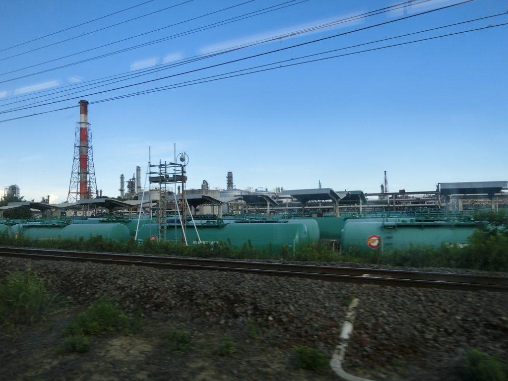 四日市駅付近の工業地帯と貨物列車