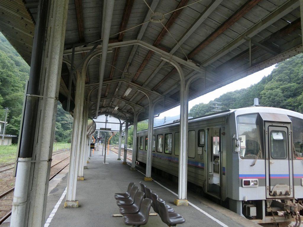 備後落合駅に停まる芸備線の列車