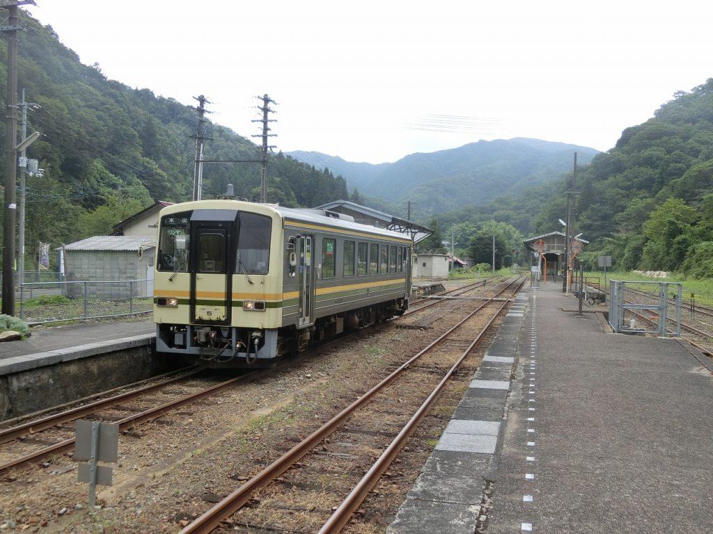 備後落合駅で出発を待つ木次線の列車