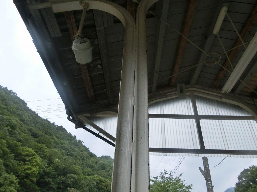 レールを使った備後落合駅ホームの柱