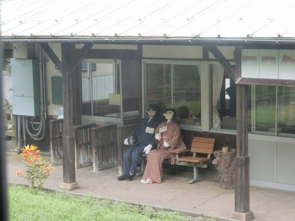 木次線途中駅の怖い人形