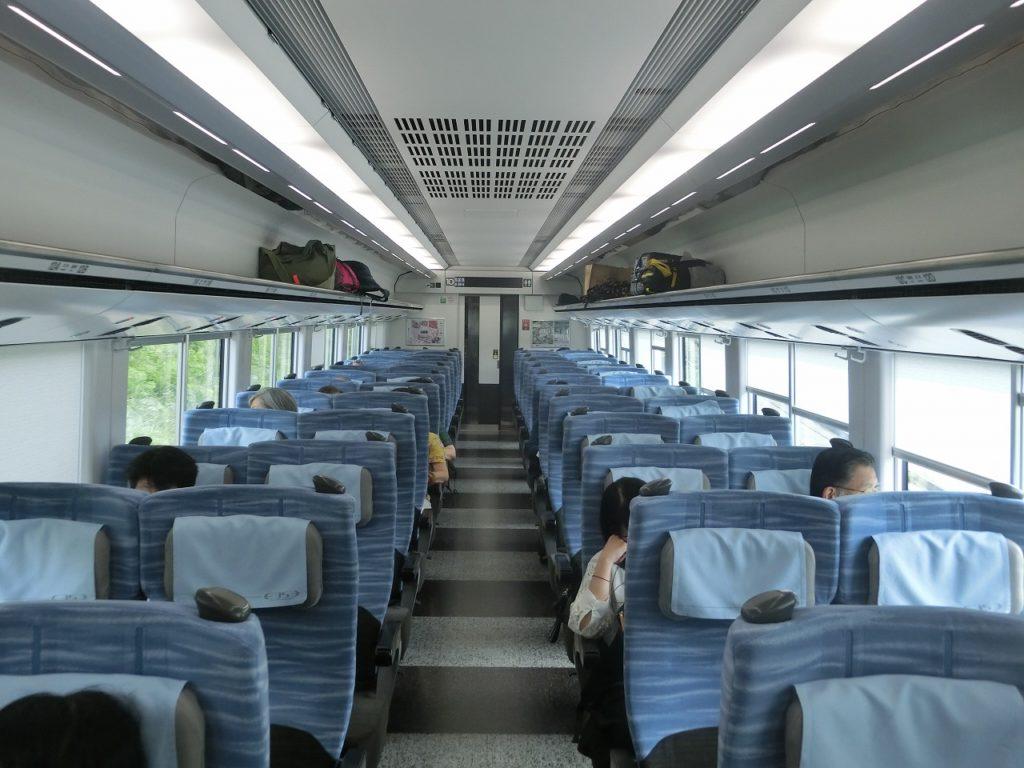 E353系の普通車の車内