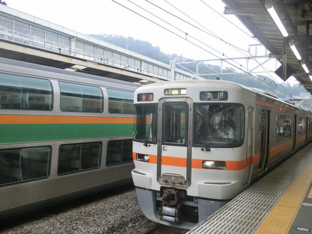 熱海駅の東海道本線の電車