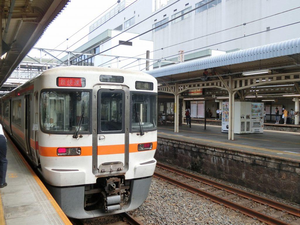 大垣駅に到着した新快速電車
