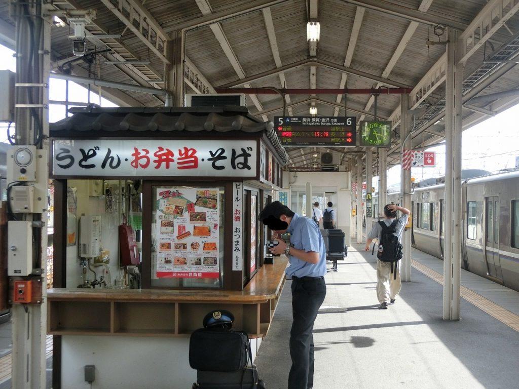 米原駅5,6番乗り場のホームにある駅そば兼駅弁屋
