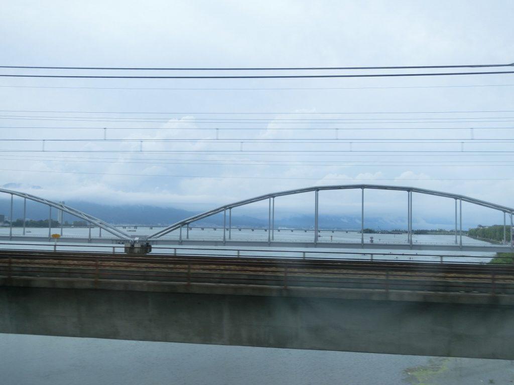 JR琵琶湖線の瀬田川橋梁から琵琶湖を望む