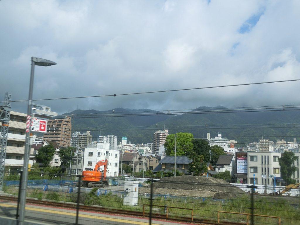 JR神戸線から見る六甲山