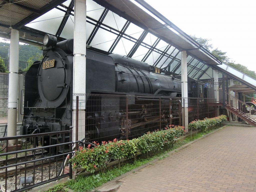 山北駅構内の近くの公園にあるD52形蒸気機関車