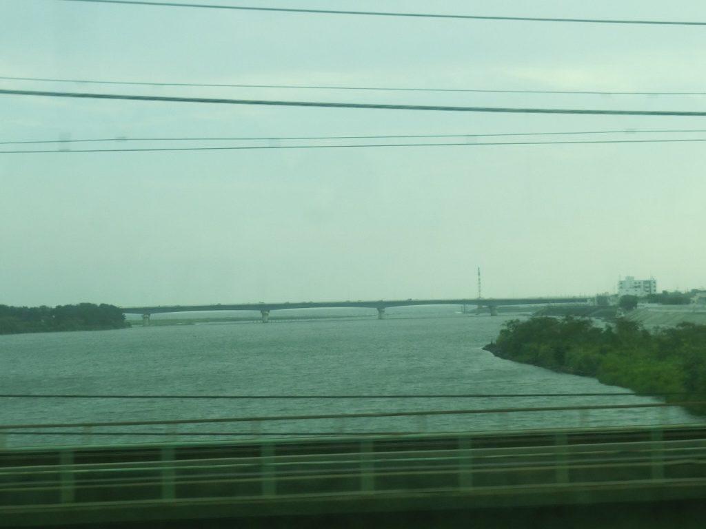 東海道本線平塚手前の馬入川橋梁からの海