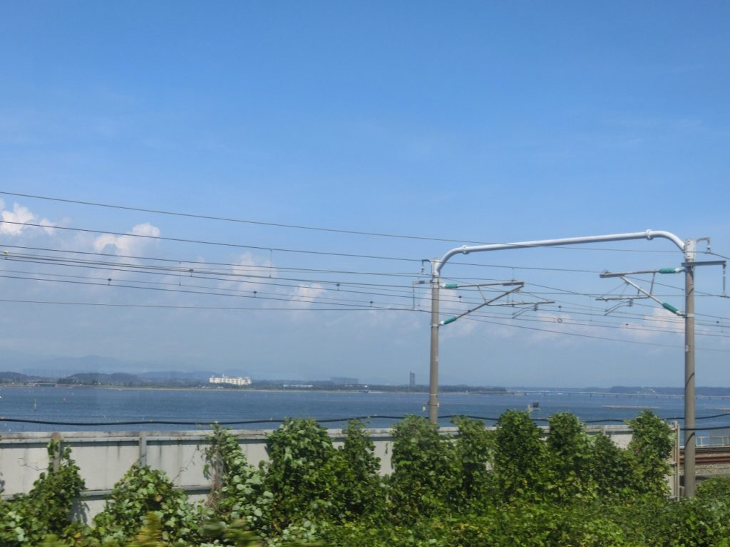 新幹線と並んで浜名湖を渡る東海道本線の車窓