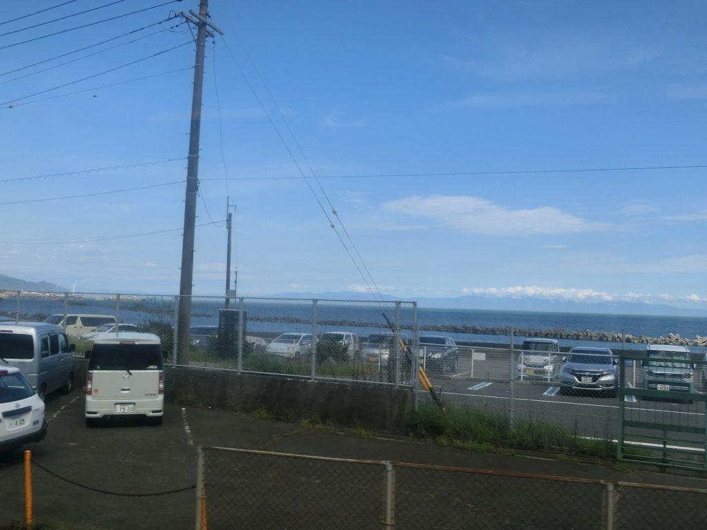 東海道本線用宗駅付近の車窓
