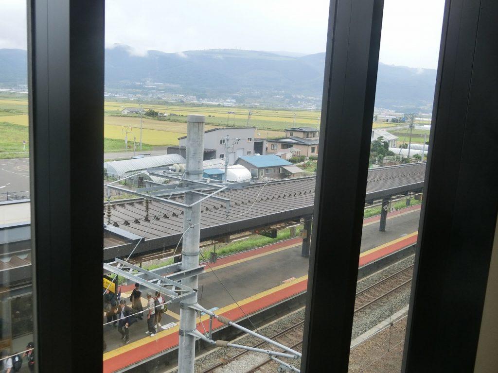 コンコースから見た新函館北斗駅ホーム