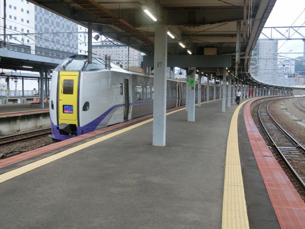 函館駅で出発を待つキハ261系スーパー北斗
