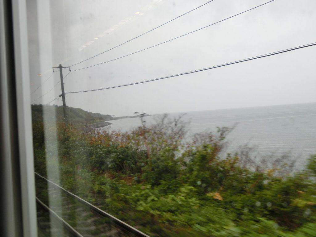 森駅からは海岸に沿って走る函館本線の車窓