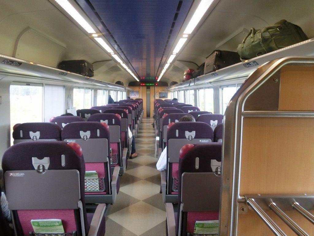 キハ261系の普通車自由席の車内。