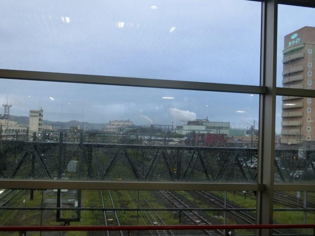 東室蘭駅コンコースから構内を見る