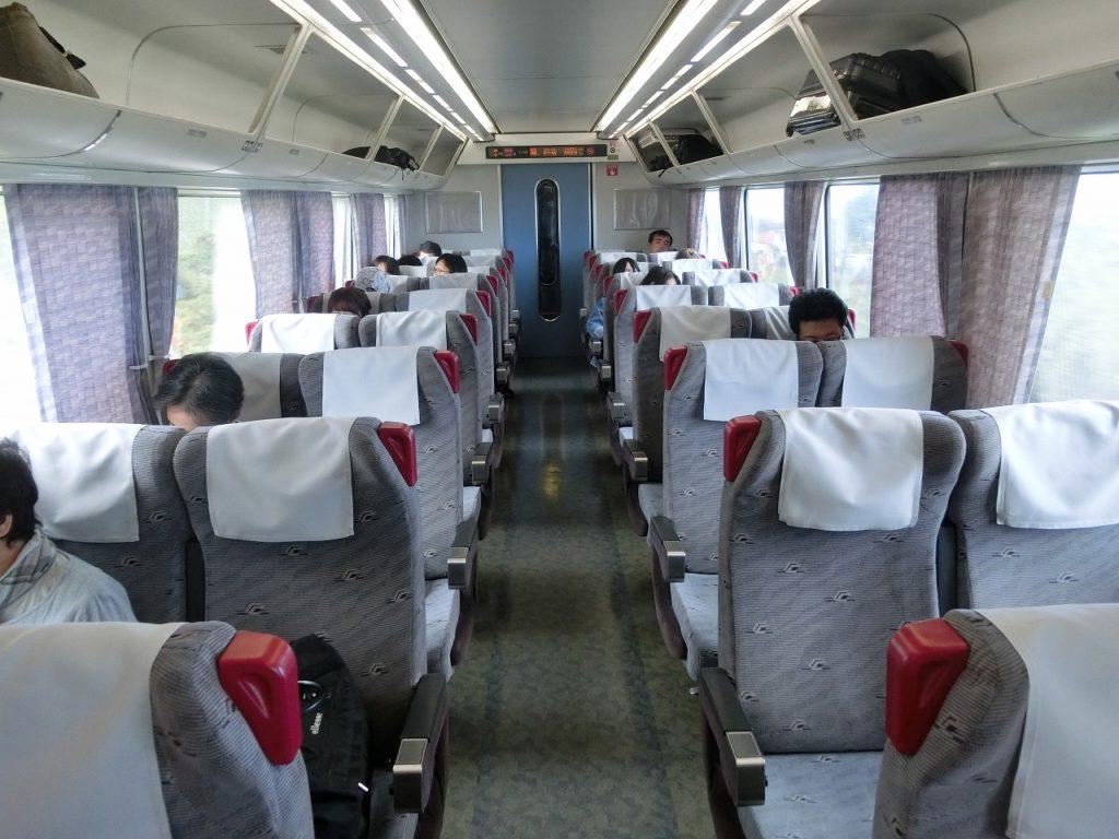 キハ283系の自由席の車内。