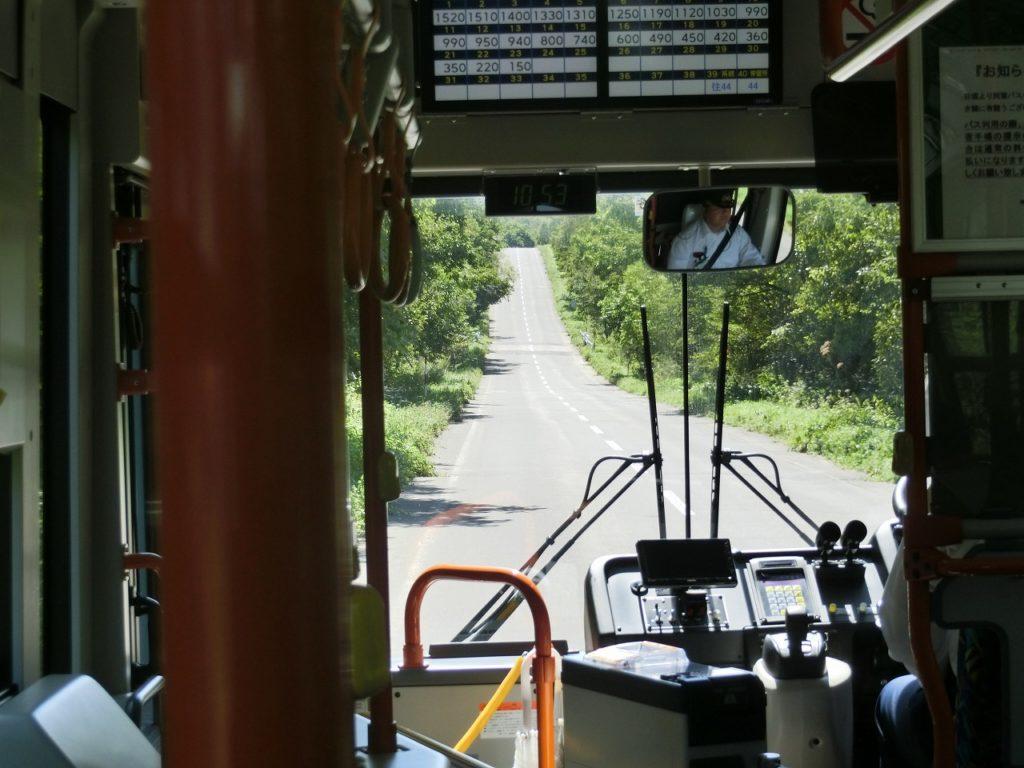 起伏の多い地形に沿って走る標津線代行バス